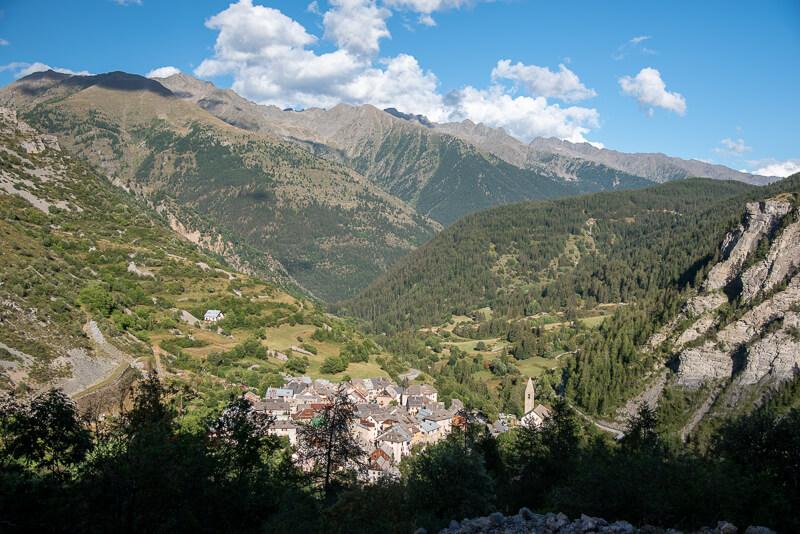Mercantour, Saint-Dalmas-le Selvage - vue sur le village depuis la route du col