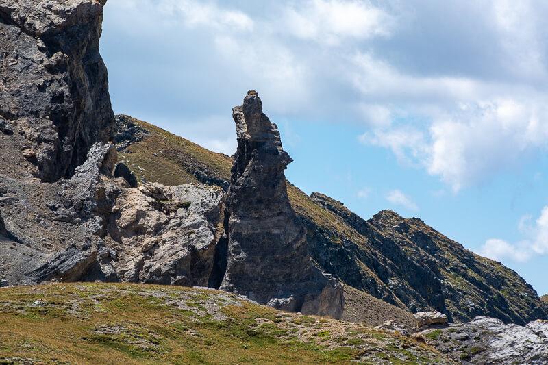 Mercantour, lacs de Vens - Le loup hurlant formation rocheuse au col de Fer