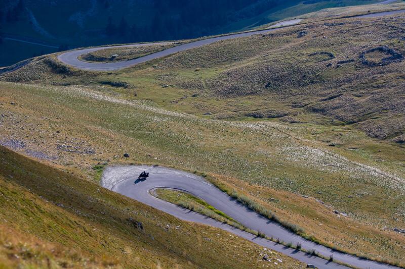Mercantour, col de la Bonette, moto dans les lacets de la route