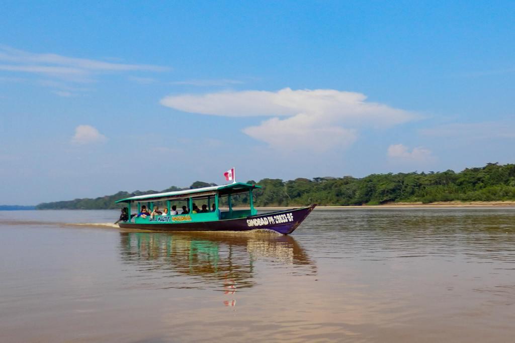 Pérou, Amazonie -Bateau à touristes le Rio Madre