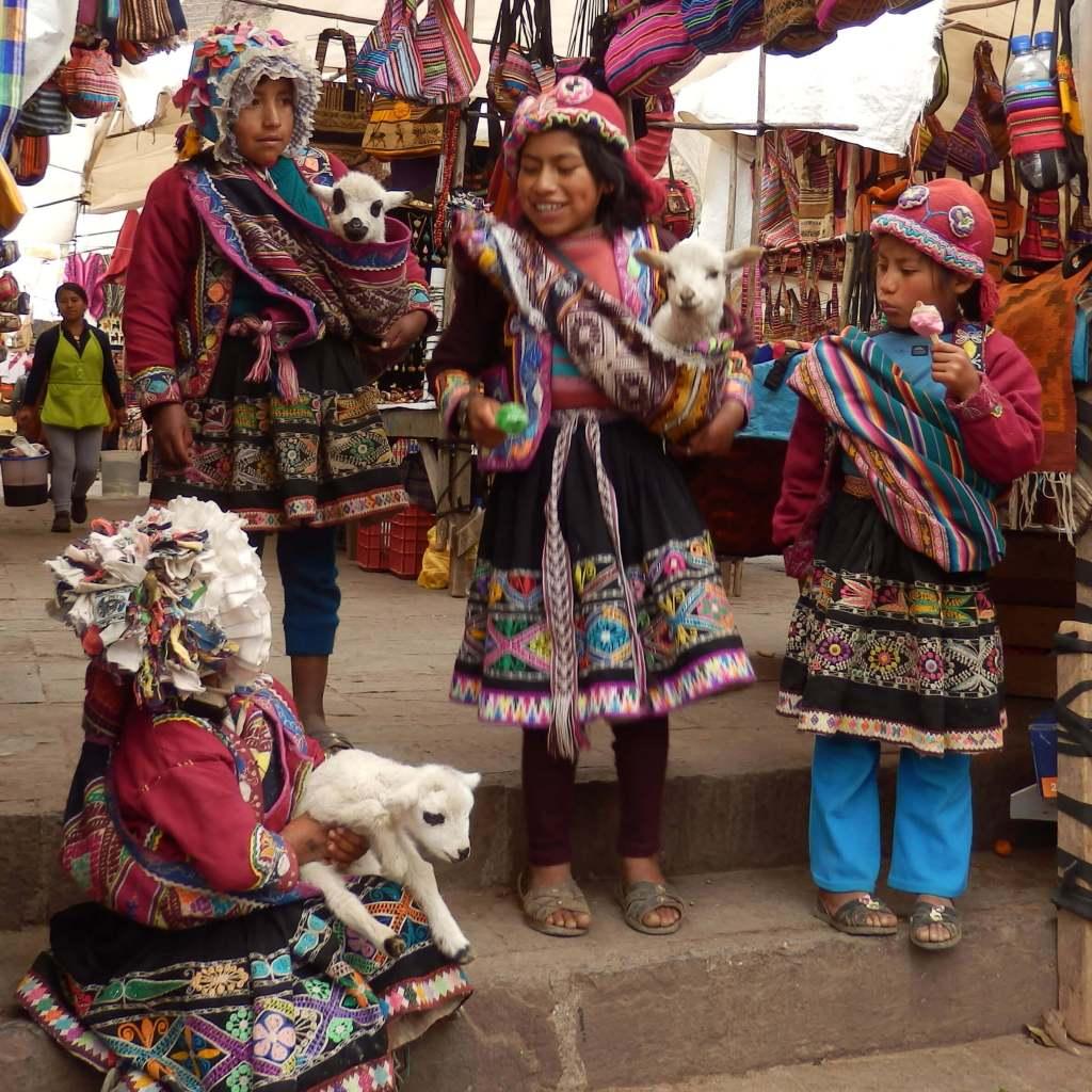 Pérou, Vallée sacrée - Enfants au marché de Pisac