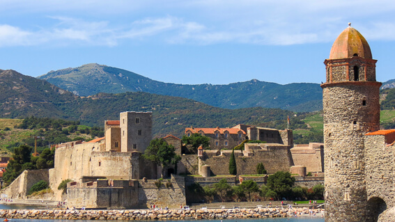 France - Ville de Collioure, le phare-vert au bout de la jetée