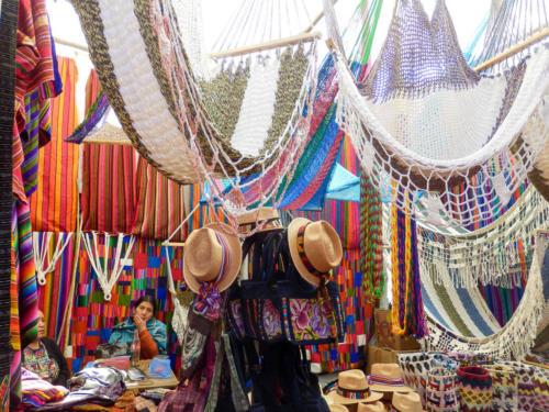 échoppe de hamacs colorés au marché de Chichicatenango