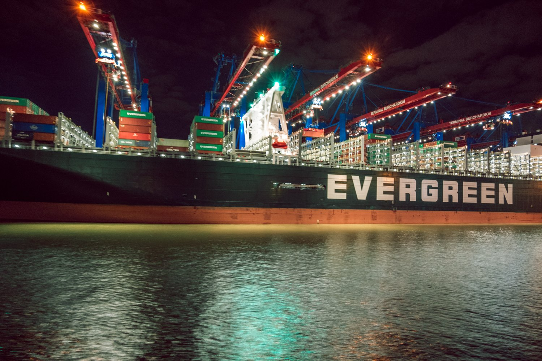 Nave mercantile nel porto di  Amburgo