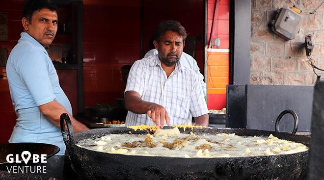 In diesem rieseigen Topf werden Samosa frittiert