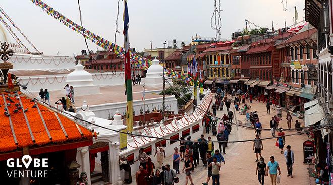 Pilger und touristen ziehen ihre Kreise um die Stupa Boudanath Kathmandu