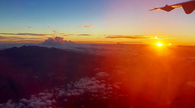 Sonnenaufgang Sulawesi Flug