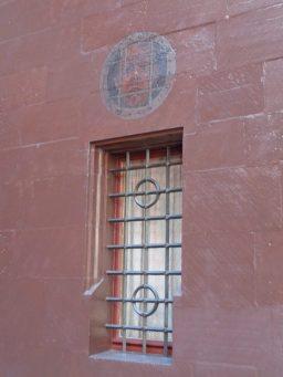 Een klein raampje aan de zijkant van het stadhuis - het schilderijtje boven het raampje viel mij op…