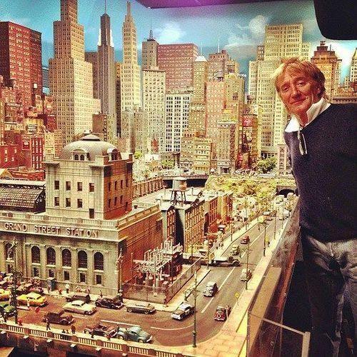 Rod Stewart et le modélisme devant Three Rivers City
