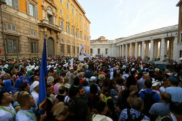 Crowds arrive to attend a mass celebrated by Pope Francis for the canonisation of Mother Teresa of Calcutta in Saint Peter's Square at the Vatican September 4, 2016. REUTERS/Stefano Rellandini - RTX2O1BO