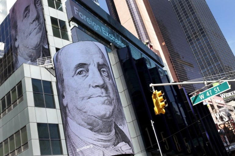 © Reuters.  U.S. dollar adds to gains after data deluge