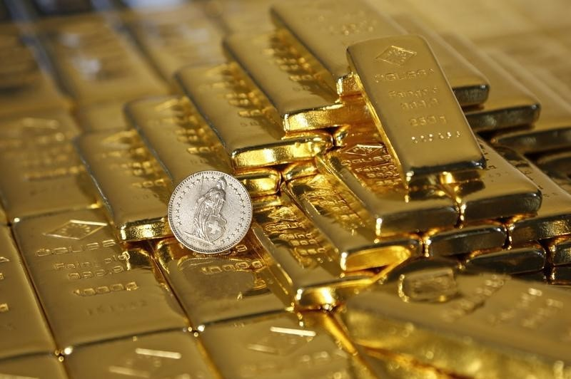 © Reuters.  Weak dollar, delayed Fed rate hike outlook boost gold to 3-month high