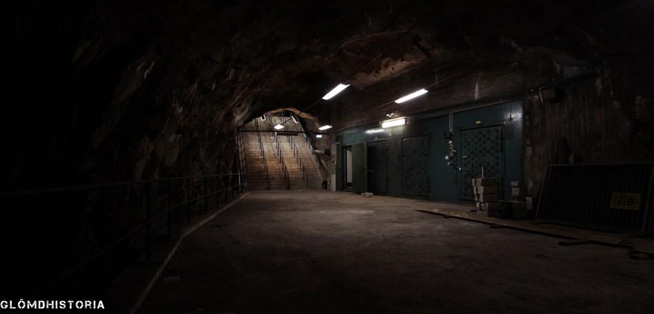 Trappor ned till översta planet. Här var det mäktigt att befinna sig och tystnaden var överlägsen ,tills tunnelbanan gjorde sig märkt. Trapporna är byggda ovanpå varandra ,alltså så ser våningen under lika ut som denna.