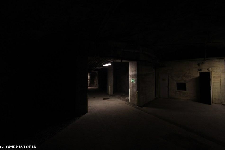 En vy i huvudtunneln mot lastkajen. Stötvågsfickorna syns rakt fram i bild och bakom det gula träskjulet finns den tunneldel som också ska agera stötvågsskydd.