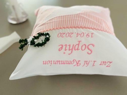 besticktes Kissen zur Kommunion in rosa