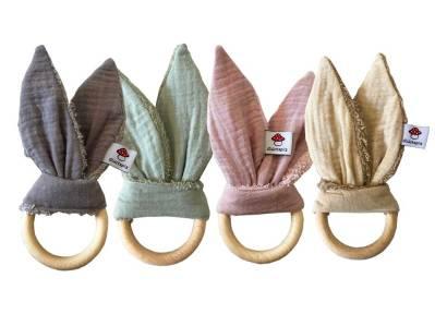 Hier finden Sie unser Greifling aus Holz mit Musselinstoff als Ohren in vier verschiedenen Farben