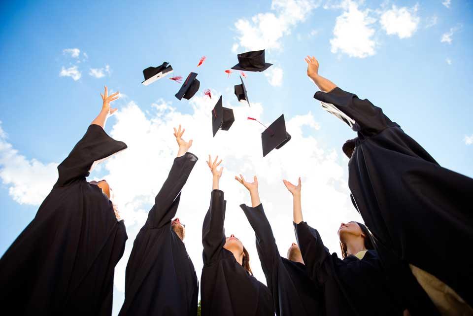 Hier gelangen Sie zu jubelnden Abiturienten die sich zum bestandenen Abitur beglückwünschen.
