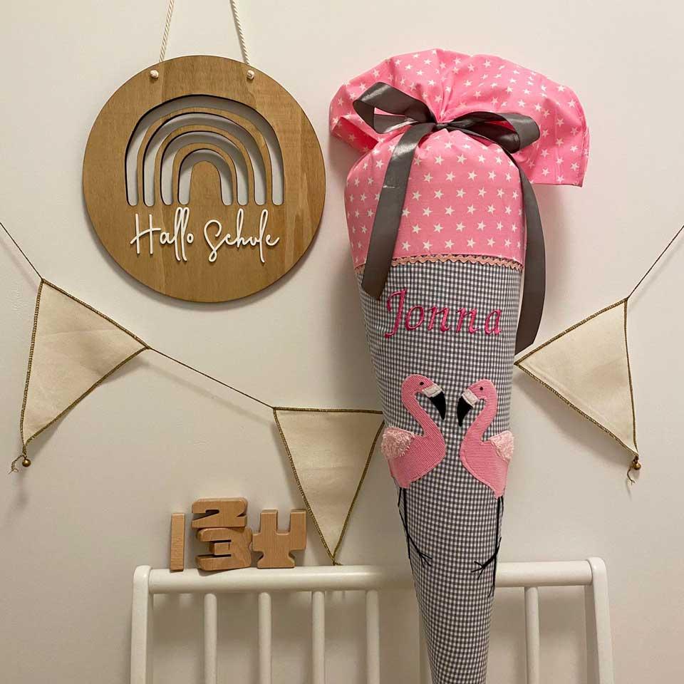 Hier sehen Sie unsere Schultüte personalisiert mit Flamingos und dem gestickten Namen.