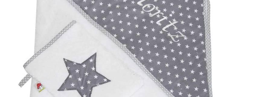 Sehen Sie sich hier unsere Kapuzenhandtücher in verschiedenen Designs mit Namen bestickt an