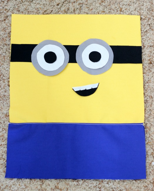Make a DIY Minion Tote Bag that is perfectfor trips to the pool, a library tote, or even a preschool book bag.