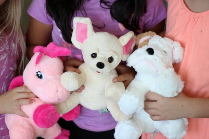 A DIY stuffed animal birthday party? A dream come true for any little child! Everything you need from the plush animals, stuffing, birth certificates, take home boxes, and t-shirts to decorate to have the perfect party!