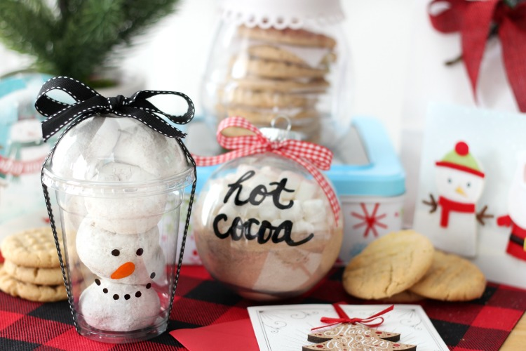 Creative and easy ways to package holiday treats this year! Think outside the paper plate and see how easy it is to add a bit of holiday flare.
