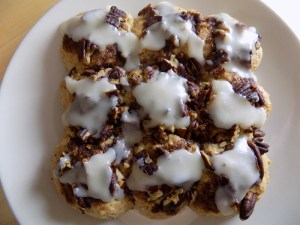 I review Simple Mills' Artisan Bread mix. I made gluten free garlic dinner rolls and delicious cinnamon buns - check out my recipes!