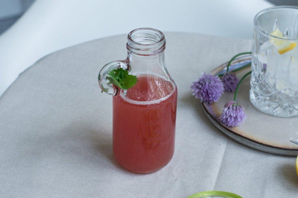 Flasche mit selbstgekochtem Rhabarbersirup.