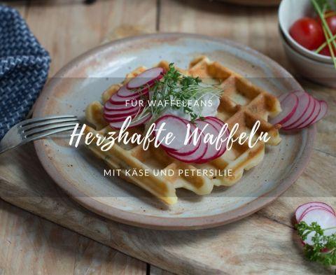 Rezept für herzhafte, glutenfreie Waffeln mit Käse und Petersilie