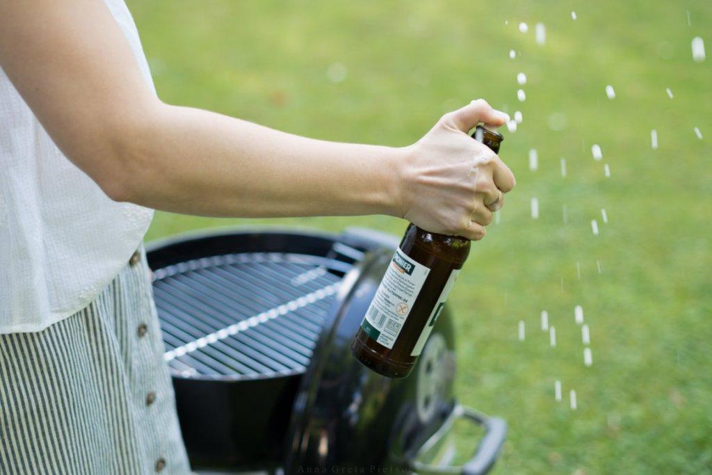 Manchmal wird das Grillgut mit Bier abgelöscht.