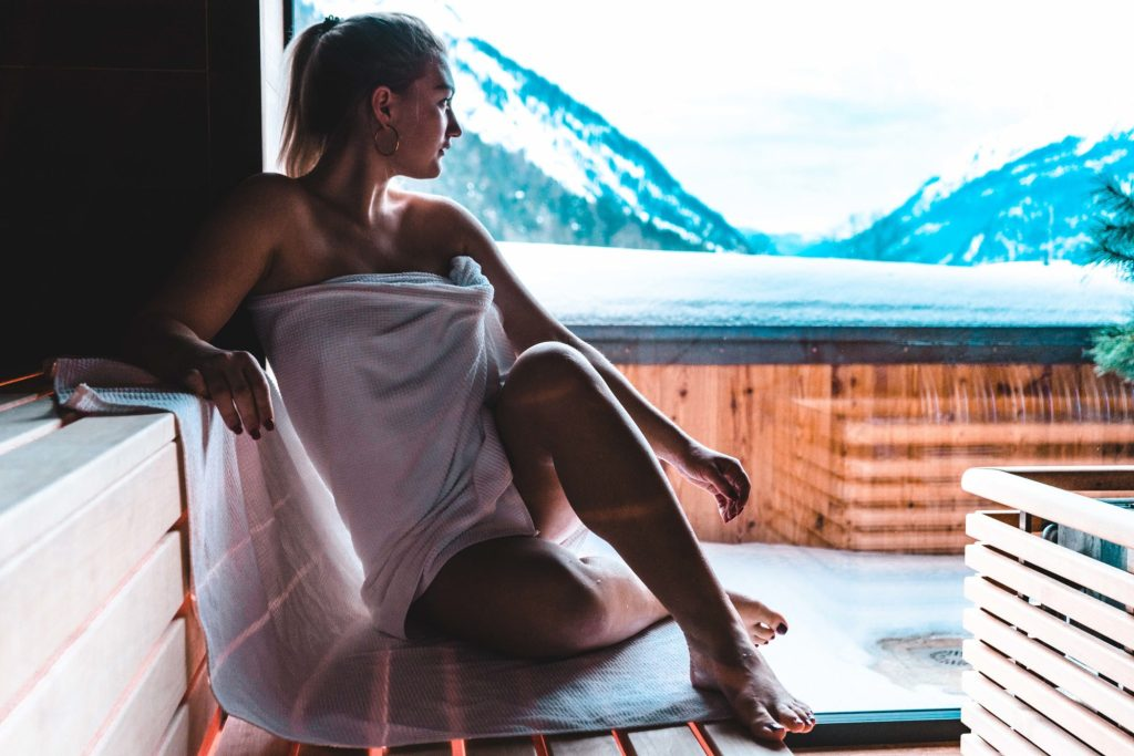 Ann-Kathrin Hitzler in der Spa Landschaft des Superior Wellness Hotels Karwendel in Pertissau