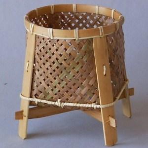 Ručně pletený košík z přírodního bambusu pro všestranné použití.