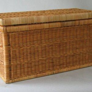 Truhla s pevnou dřevěnou kostrou a výpletem z přírodní kapadiny Víko je na dvou kovových pantech a fixaci otevření zajišťuje pletená šňůrka. Truhla je praktická nejen na ukládání ložního prádla