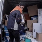 Busje met pakketbezorger