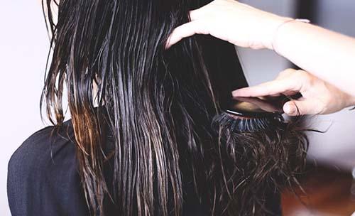 مخاطر تسريح شعرك وهو مبلل