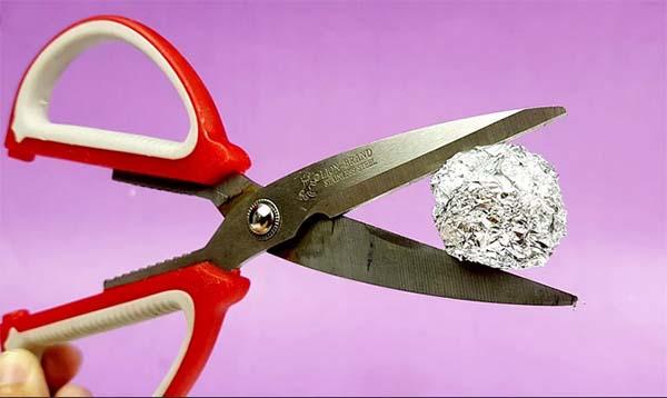 شحذ مقص باستخدام ورق الإلومنيوم