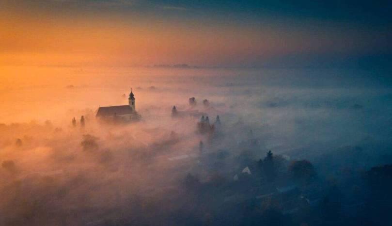 Légifotó a ködben