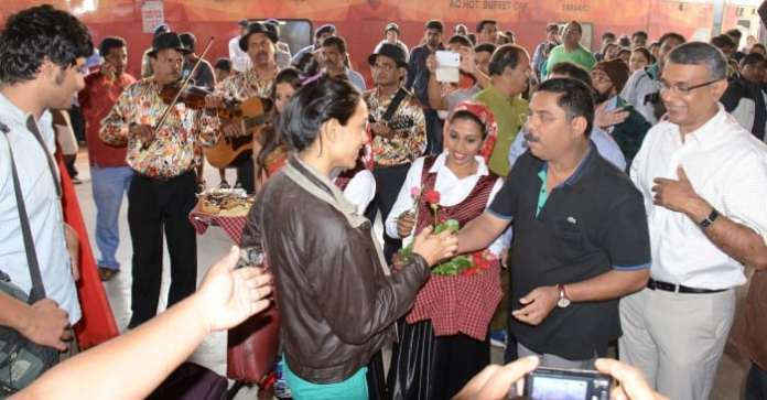 Tourism Minister Shri. Dilip Parulekar alongwith welcomes passengers of the first Premium Holiday Sp (1)