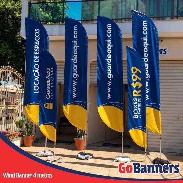 wind flag banner com 4 metros locacao de espacos