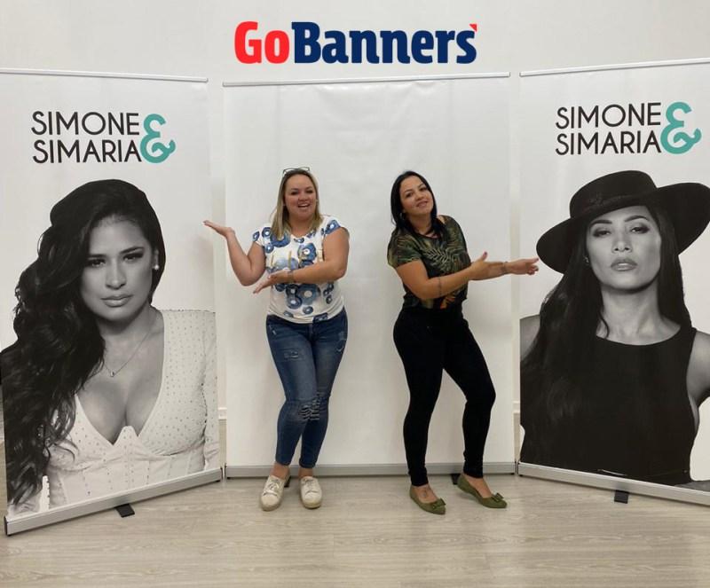 Porta-Banner-Roll-Up-GoBanners-dupla-Simone-e-Simaria