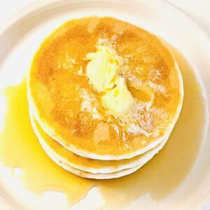 ホテルオークラ ホットケーキ 4枚入にシロップとバターをかけ、上から撮影