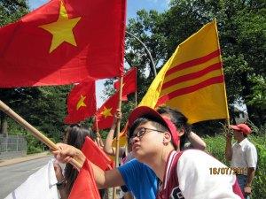 Anh Vũ Thành An - thuyền nhân (cầm cờ vàng 3 sọc đỏ)...