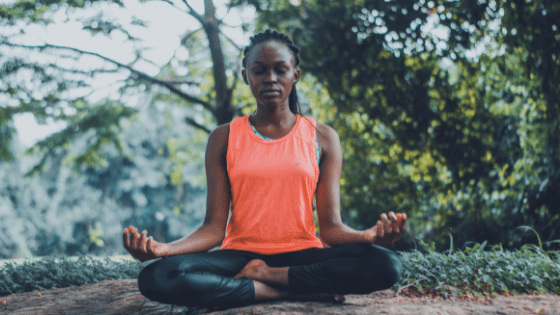Mediteren of bidden om je bewustzijn te vergroten.