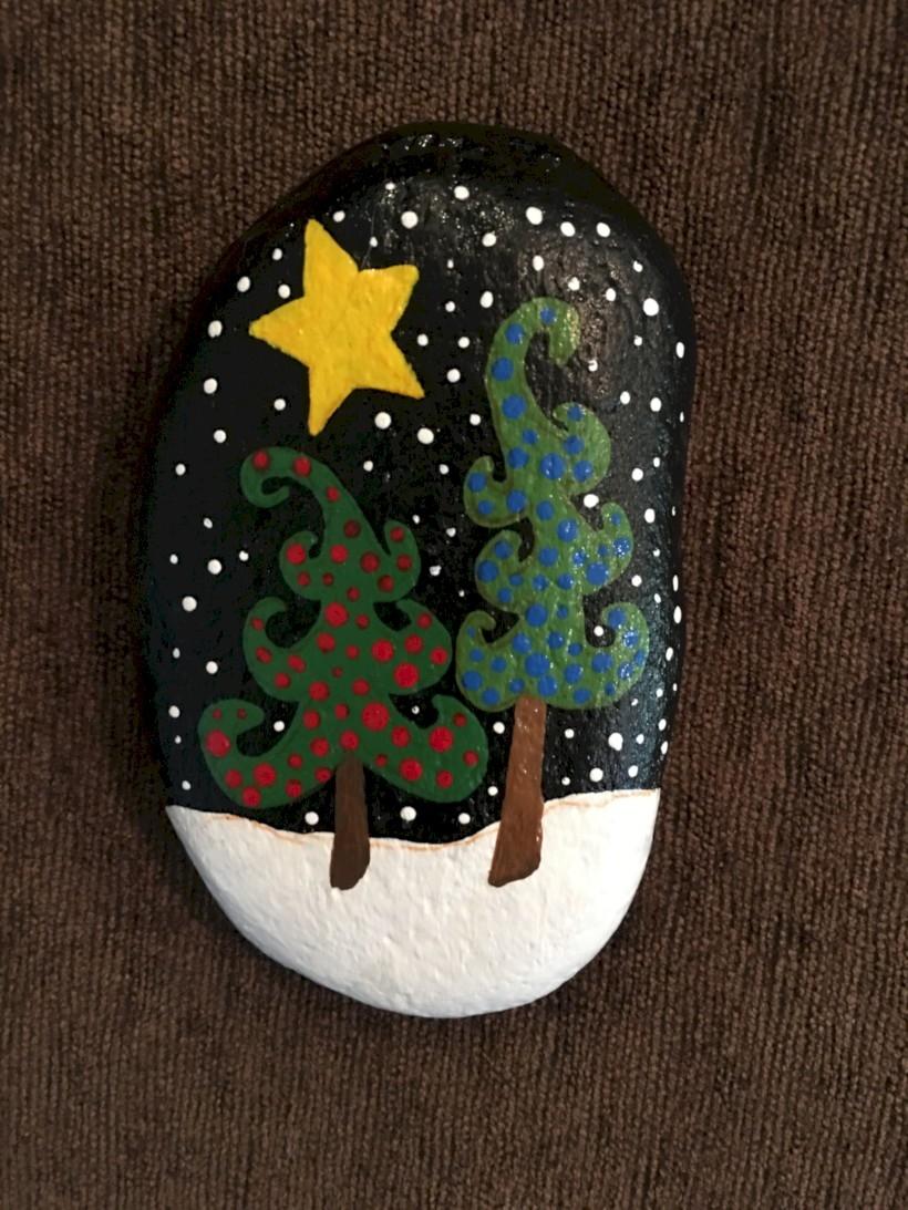 39 Beautiful Christmas Rock Painting Ideas - GODIYGO.COM