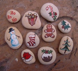 Beautiful christmas rock painting ideas (9)