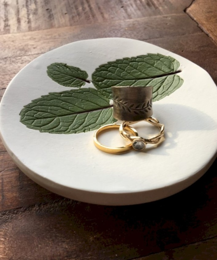 Creative diy dishes made from clay leaves 14