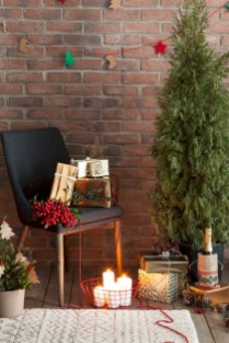 Ideas to decorate your space with candles for christmas 40