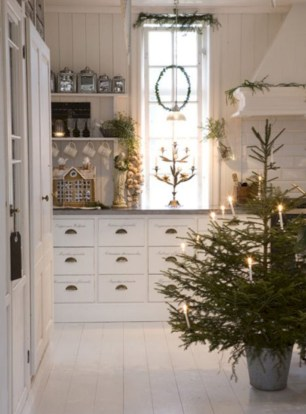 Ideas to decorate your space with candles for christmas 43