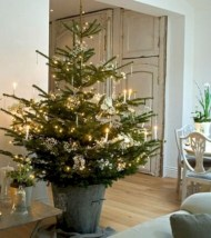 Ideas to decorate your space with candles for christmas 44