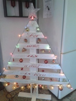 Ways to make your own christmas tree from pallet wood 05